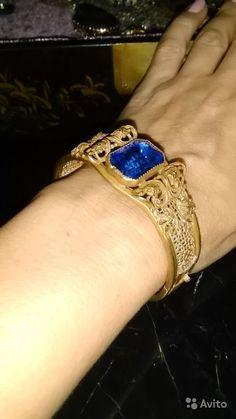 Старинный браслет. 30-е гг 20 века . Стиль Art Deco. Латунная филигрань золотого тона с сапфировым ювелирным стеклом   Браслет находится в очень хорошем состоянии . застежка надежная.