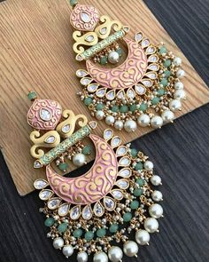Latest Bollywood Style Bridal Earrings Collection For Beautiful Brides Indian Jewelry Earrings, Indian Jewelry Sets, Jewelry Design Earrings, Bride Earrings, Gold Earrings Designs, Designer Earrings, Bridal Jewelry, Girls Jewelry, Jewelry Bracelets