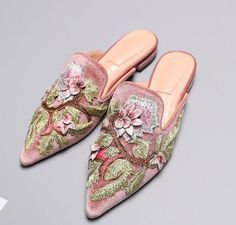 Cheap pointed toe, Buy Quality mule flat directly from China velvet slippers Suppliers: Choudory Pointed Toe Flower Embroidery Woman Slippers 2017 summer high quality velvet flat sandal fashion mules Womens Slippers, Womens Flats, Smoking Slippers, Cute Shoes, Women's Shoes, Flat Sandals, Bellisima, Casual Chic, Flower Embroidery