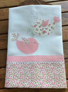 How to do patchwork: tea towel, diapers – handicrafts step by step! Baby Quilt Patterns, Quilt Baby, Applique Patterns, Applique Designs, Baby Embroidery, Embroidery Patches, Embroidery Ideas, Baby Sewing Projects, Sewing Crafts