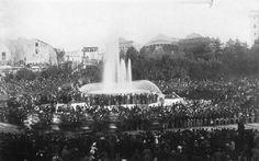 Piazza della Repubblica (1896) La fontana senza le Naiadi e sullo sfondo la vecchia stazione Termini.