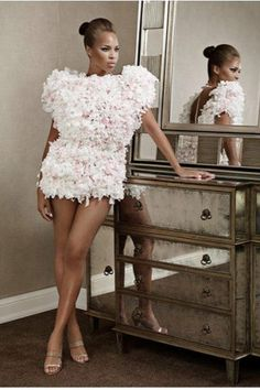 Une collection de robes en papier toilette contre le cancer du sein.