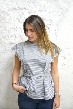 Un top facile en chambray diy couture top simple carré Diy Couture Top, Couture Sewing, Couture Tops, Cropped Tops, Boutique Style, Diy Clothes, Clothes For Women, Sewing Blouses, Chambray Top