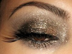 One of the top trends of summer for eye make up is gold. It's a natural-toned color that makes a great eye make up color. Glittery Smokey Eye, Smoky Eyes, All Things Beauty, Beauty Make Up, Hair Beauty, Makeup Tricks, Makeup Ideas, Makeup Black, Eye Makeup