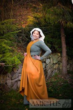 Surcote, suknia damska wzorowana na przedstawieniach z XIV w. www.amictus.pl