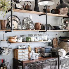 見せる収納・キッチンのインテリア実例7例!食器の収納やほこり対策のコツとは? | LUV INTERIOR Kitchen Display, Kitchen Decor, Kitchen Ideas, Building Concept, Japanese House, Kitchen Living, Cool Kitchens, Farmhouse Decor, Diy Home Decor