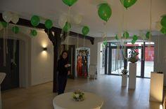 Unser Foyer im Gressanosaal für Sektempfänge, heute für eine Herbsthochzeit dekoriert mit weiß/grünen Luftballons.
