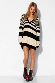Street Style. Oversized sweater. BDG Boyfriend V-Neck Sweater