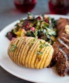 スウェーデンのジャガイモ料理ハッセルバックポテト(アコーディオンポテト)。細く切り目を入れたジャガイモにオリーブオイルやスパイスをかけてオーブンで焼くだけの作り方。簡単レシピで作れるておいしくて見た目も憎めない◎ハッセルバックポテトを作った日はおうちバル決定♪パーティーや女子会でも歓声があがりそう♪