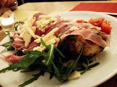 #colorful #foodphotos #foodlovers #foodphotography #ciboitaliano #delizioso #buonacena #lifestyle #tomato #foodpics #prosciutto #me #cibo #love #mangiare #buonappetito #carbs #pizza #yummy