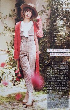 Vintage. Trousers. Hat. Long cardigan. Feminine.