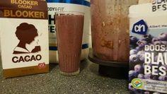 Ingrediënten voor een eiwit chocolade blauwe bessen shake
