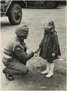Fotoboek ter herinnering aan de bevrijding van de stad Eindhoven op 18 en 19 september 1944, met serie van 37 foto's Doorklikken! Auteur: Foto Starink - 1944