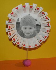 Valentínsky fotorámik - Aktivity pre deti, pracovné listy, online testy a iné Hand Fan, Preschool, Education, Dia Del Amigo, Friends, Kid Garden, Kindergarten, Onderwijs, Learning