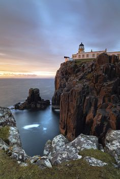 Neist Point Lighthouse · northwest tip of the isle of Skye · Isle of Skye · Scotland (Pos.: 57°25.401'N 6°47.337'W); built in 1909 by David A. Stevenson; white tower 19 metres high; Range 16 nm; The lighthouse and its associated buildings are privately owned and are 3 self-catering cottages.