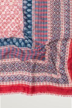 Schal mit buntem Muster