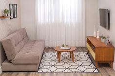 A decoração em cores e tons sutis trazem leveza para qualquer ambiente. A cortina clara facilita a entrada de luz no ambiente e, combinada com móveis mais escuros confere um aconchego instântaneo. O sofá-cama é curinga: para ser usado como sofá durante o dia e como cama para as visitas, acomodando todo mundo e não comprometendo nenhum cômodo extra.