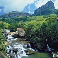 Bergville is a small town situated in the foothills of the Drakensberg mountains, KwaZulu-Natal, South Africa. South Afrika, Namibia, Le Cap, Les Continents, Kwazulu Natal, Out Of Africa, Africa Travel, Beautiful Landscapes, Wonders Of The World