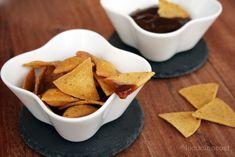 I nachos fatti in casa sono delle piccole tortilla chips di mais croccanti e saporite perfette per l'aperitivo accompagnati da salse piccanti messicane.