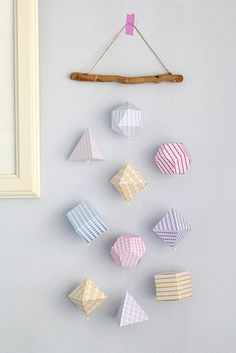 3D geometric shapes mobile by cafe noHut. Link to tutorial and 8 different free printable papers. Scroll down to the bottom of the post for the English translation.