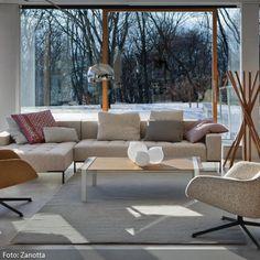 Die beigefarbenen Polstermöbel mit unterschiedlichen Farbnuancen fügen sich in ein harmonisches Gesamtbild. Abgestimmt auf den hellen Fußboden und grauen Teppich entsteht eine warme Atmosphäre. Mehr klassische Wohnzimmer auf www.roomido.com/wohnideen/wohnzimmer/klassisch