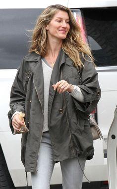 GISELE BUNDCHEN Tom Brady's leading lady steps out of her Boston hotel in casual attire. #celebrity #giselebundchen