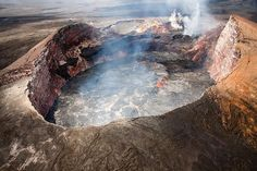 File:Aerial view of the perched lava lake in Puu OO crater.jpg - Wikimedia Commons