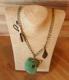 Collar largo con monederito color verde en crochet