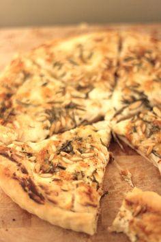Mhhhontags-Rezept: Köstliche Pizza mit Ricotta, Büffelmozarella, Parmesan und Rosmarin – pronto gemacht und prima gemocht!   Ohhh… Mhhh…