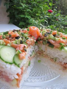 Tous FOOD' elles ...: Sushi cake Sushi Recipes, Asian Recipes, Cooking Recipes, Fun Recipes, Cooking Ideas, Recipies, Sushi Donuts, Sushi Cake, Sushi Burger
