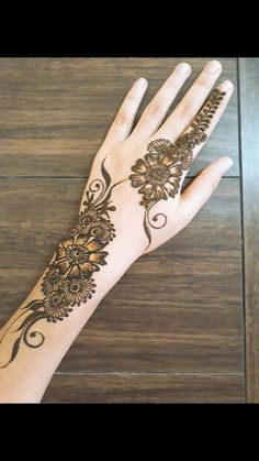 Simpl And Easy Mehndi Design Mehndi henna designs are always searchable by Pakistani women and girls. Women, girls and also kids apply henna on their hands, feet and also on neck to look more gorgeous and traditional. Henna Flower Designs, Mehndi Designs Feet, Mehndi Designs 2018, Stylish Mehndi Designs, Mehndi Designs For Beginners, Mehndi Design Pictures, Mehndi Designs For Girls, Mehndi Designs For Fingers, Beautiful Mehndi Design