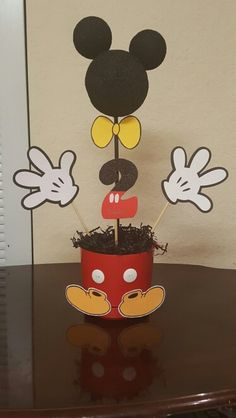 Centros de mesa de Mickey! Mickey Mouse Birthday Theme, Fiesta Mickey Mouse, Mickey Mouse Baby Shower, Mickey Mouse Clubhouse Party, Mickey Party, Mickey Minnie Mouse, Mouse Parties, 2nd Birthday Parties, First Birthdays