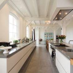 Prachtige moderne boerderij keuken: moderne Keuken door Tieleman Keukens