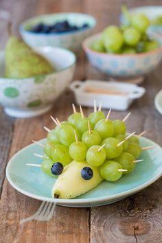 Het maken van een egel van fruit is heel eenvoudig om te doen en leuk als activiteit tijdens een kinderfeestje. Je hebt er weinig voor nodig!