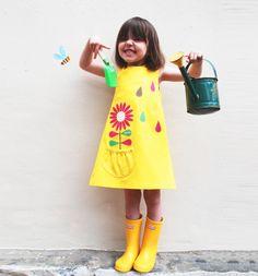Las niñas, para niños pequeños sol amarillo Vestido de flores.  Exclusivo de apliques de mano digital impreso flor con gotas de lluvia poco