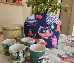 Tehætteopskrift. Guide til hjemmelavet tevarmer William Morris, Mugs, Tableware, Guide, Dinnerware, Tumblers, Tablewares, Mug, Dishes