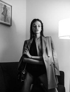 Fashion Street black monochrome new ideas – girl photoshoot poses Artistic Fashion Photography, Fashion Photography Poses, Fashion Poses, Portrait Photography, 90s Fashion, Fashion Ideas, Fashion Beauty, Photography Women, Fashion Vintage