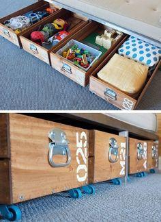 Des tiroirs sur roulettes à mettre sous un lit, le bois leur donne du cachet un petit look vintage et industriel.