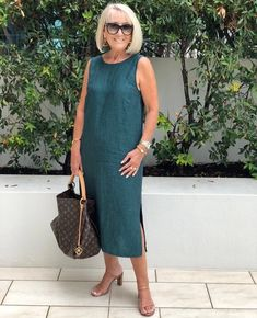 This Linen Shift Dress in as chic as can be - a go anywhere shape. ✨ Add tan accessories for effortless style.⠀ Simple but sophisticated. Over 60 Fashion, Over 50 Womens Fashion, Fashion Over 50, Mode Outfits, Fashion Outfits, Fashion Trends, Fashion Fashion, Fashion 2018, Fashion Ideas