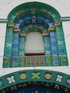 Detalle de la fachada de la iglesia de San Juan Chamula, Chiapas, México.