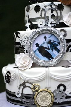 They are original, unforgettable and remind of masquerades! This is a perfect idea to use your imagination. We've just told you of some cool steampunk bridal dresses, and today I'm all into sweets! Pretty Cakes, Beautiful Cakes, Amazing Cakes, Gun Wedding, Wedding Ideas, Steampunk Wedding Cake, Gothic Wedding, Crazy Wedding Cakes, Cake Banner