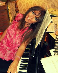 Katharina Bach privat an ihrem Klavier  2014