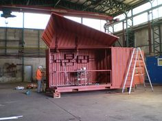 'The wall is a roof' fit-out - a hydraulic roof.  Unit is called 'froebe'. Photo & project by Andreas Strauss 24.5.08