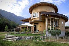 Obra de Aliwen Arquitectura, esta casa sustentable tiene una forma muy particular: su estructura es similar a la forma de un caracol. ¡Mirá!