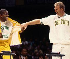 Larry & Earvin, el día del homenaje a Bird en el antiguo Garden de Boston. Máxima rivalidad, infinito compañerismo.