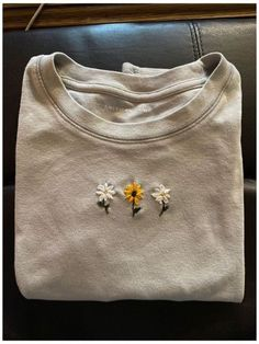 T-shirt Broderie, Broderie Simple, Simple Embroidery Designs, Hand Embroidery Patterns, Embroidery On Tshirt, Folk Embroidery, Diy Embroidery On Clothes, Diy Embroidery Flowers, Embroidery Online