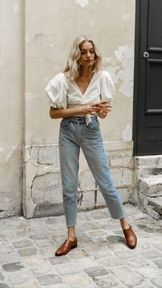 Chic light wash jeans with frayed raw hem, white blouse with dramatic full short. - Chic light wash jeans with frayed raw hem, white blouse with dramatic full short sleeves and wrap a - Nyc Street Style, Street Style Jeans, Looks Street Style, Looks Style, Denim Style, Spring Summer Fashion, Spring Outfits, Summer Outfit, Spring Style