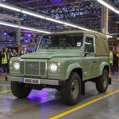 Ostatni wyprodukowany Land Rover Defender. Łącznie odo 1948 roku powstały 2 016 933 samochody tego typu. Produkcję zakończono 29 stycznia 2016 roku.  Fot. Land Rover  Historię samochodu znajdziecie na naszej stronie - www.smartage.pl  #smartagepl #land #rover #landrover #landroverdefender #defender #ostatni #last #samochod #terenowy #terenówka #wielkabrytania #legenda #historia #ciekawostki #motoryzacja #car #produkcja by smartagepl Ostatni wyprodukowany Land Rover Defender. Łącznie odo 1948…