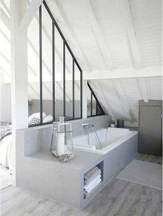 Séparer la salle de bain d'une suite parentale avec une verrière intérieure