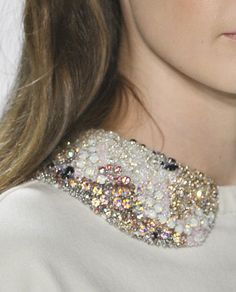 These removable collars are fascinating. Couture Details, Fashion Details, Faux Col, Collars, Beaded Collar, Collar Necklace, White Fashion, Boho, Beaded Embroidery
